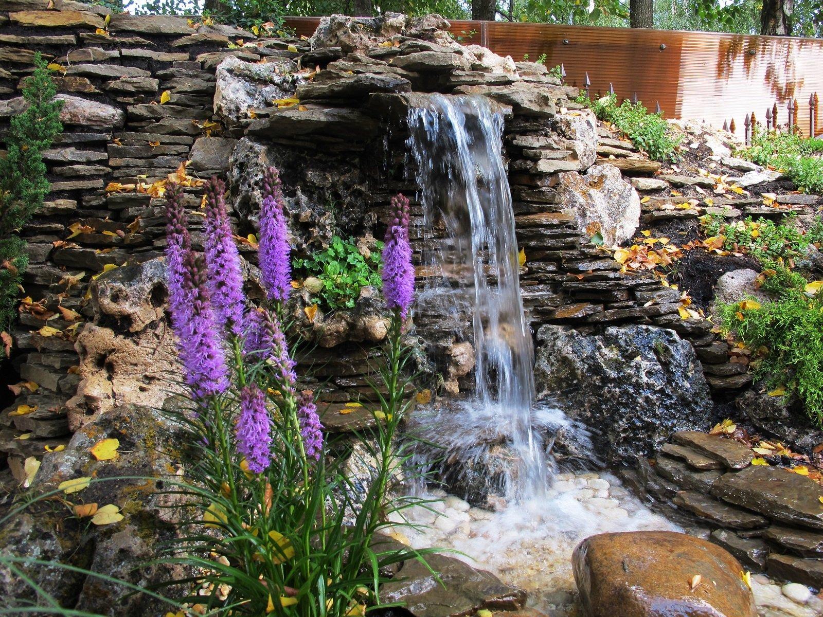 Каскадный-водопад-в-саду
