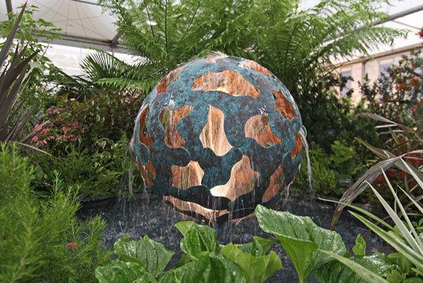 современный фонтан на выставке в Челси